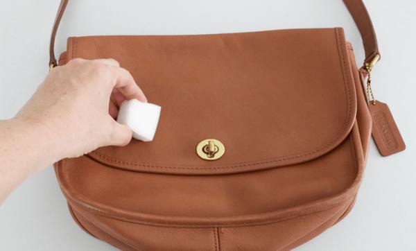 Чистка сумки меламиновой губкой