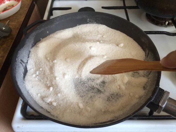 Чугунная сковорода с солью
