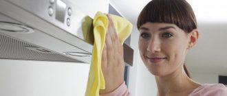 Девушка моет вытяжку