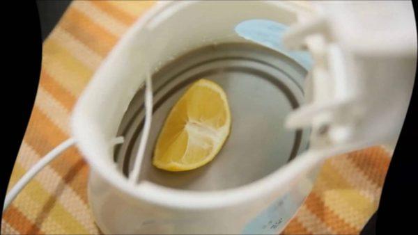 Кусочек лимона в чайнике