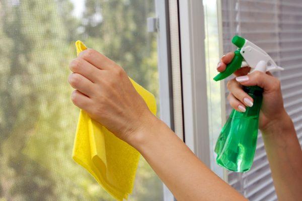 Мытье стекла на пластиковом окне