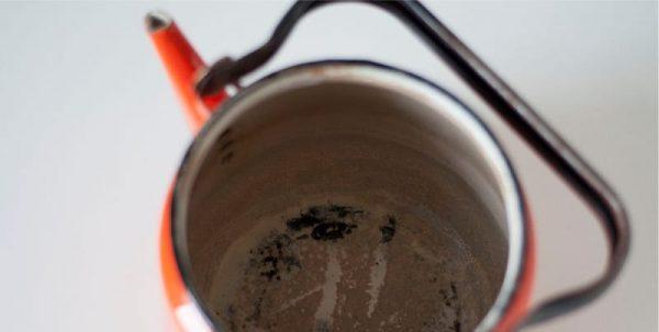 Накипь внутри эмалированного чайника