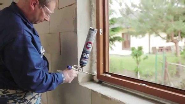 Нанесение монтажной пены на пластиковое окно