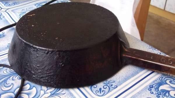 Наружная сторона чугунной сковороды