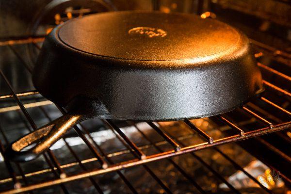 Новая чугунная сковорода в духовке