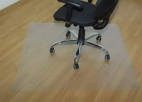 Офисный стул с ковриком