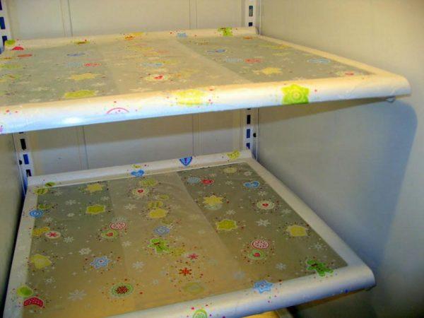 Полки холодильника в плёнке