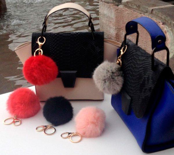 Помпон-брелок на сумках