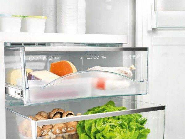 Продукты в ящиках холодильника