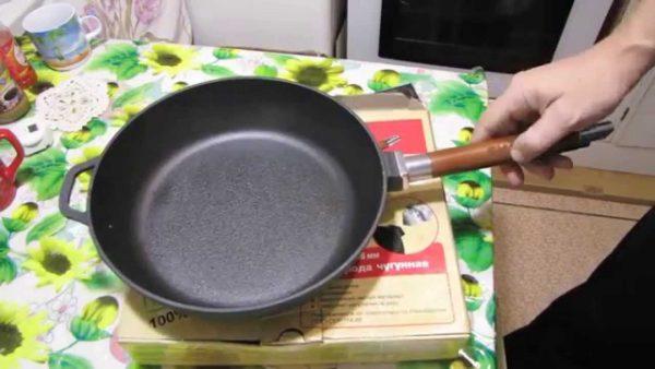 Сковорода с деревянной ручкой