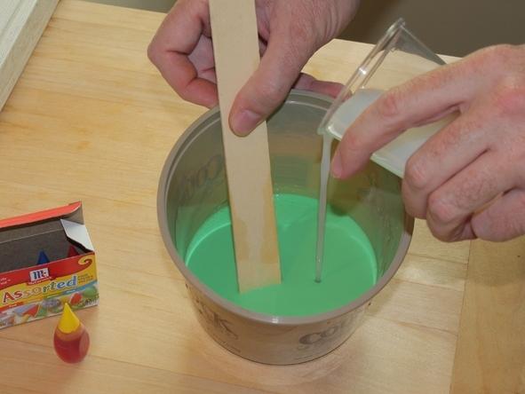 Смешивание клеевой основы для лизуна с жидким крахмалом