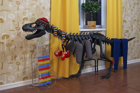 Сушилка-динозавр с развешенными на ней вещами