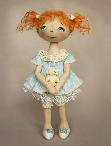 Тряпичная кукла с нарисованными туфельками
