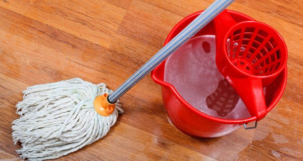Ведро и швабра для мытья пола