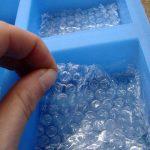 Вкладыш из пупырчатой пленки в силиконовую форму