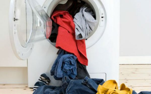 Выпадающее из барабана стиральной машины бельё