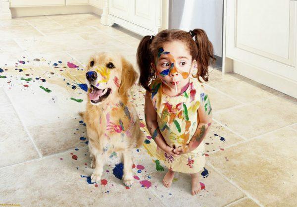 ребёнок и собака, испачканные в красителях для мыла