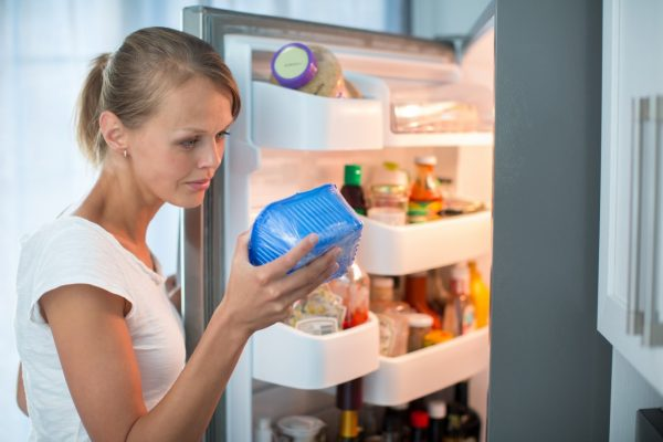 Женщина с пищевым контейнером