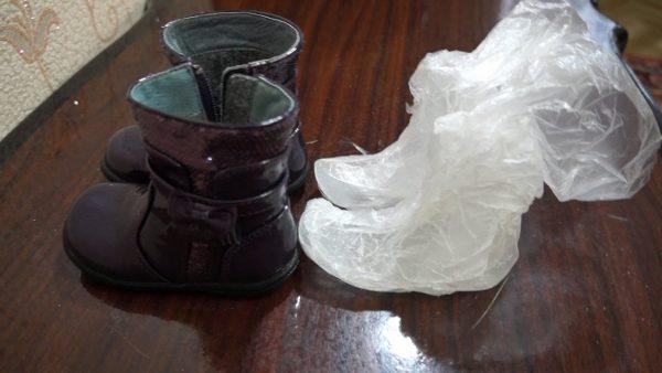 Детские сапоги и пакет со льдом