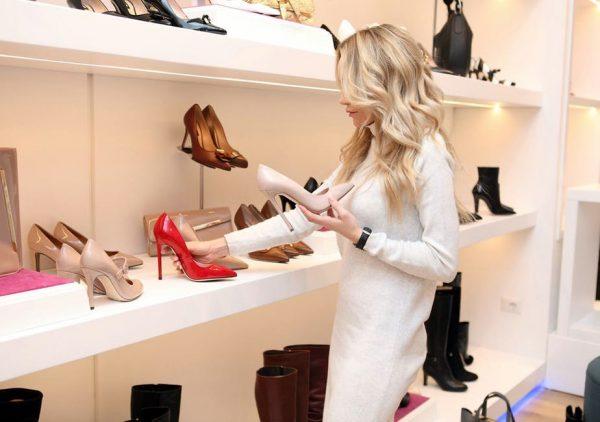 Девушка в магазине обуви