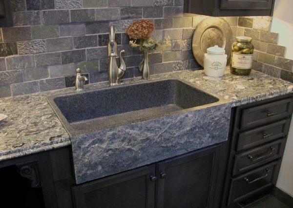 Мойка из натурального камня в интерьере кухни