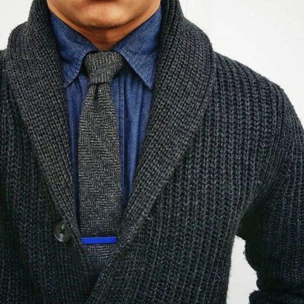 Мужчина в вязаном свитере и с галстуком