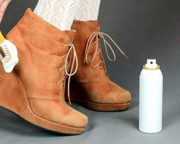 Обработка замшевых ботинок спреем и щёткой