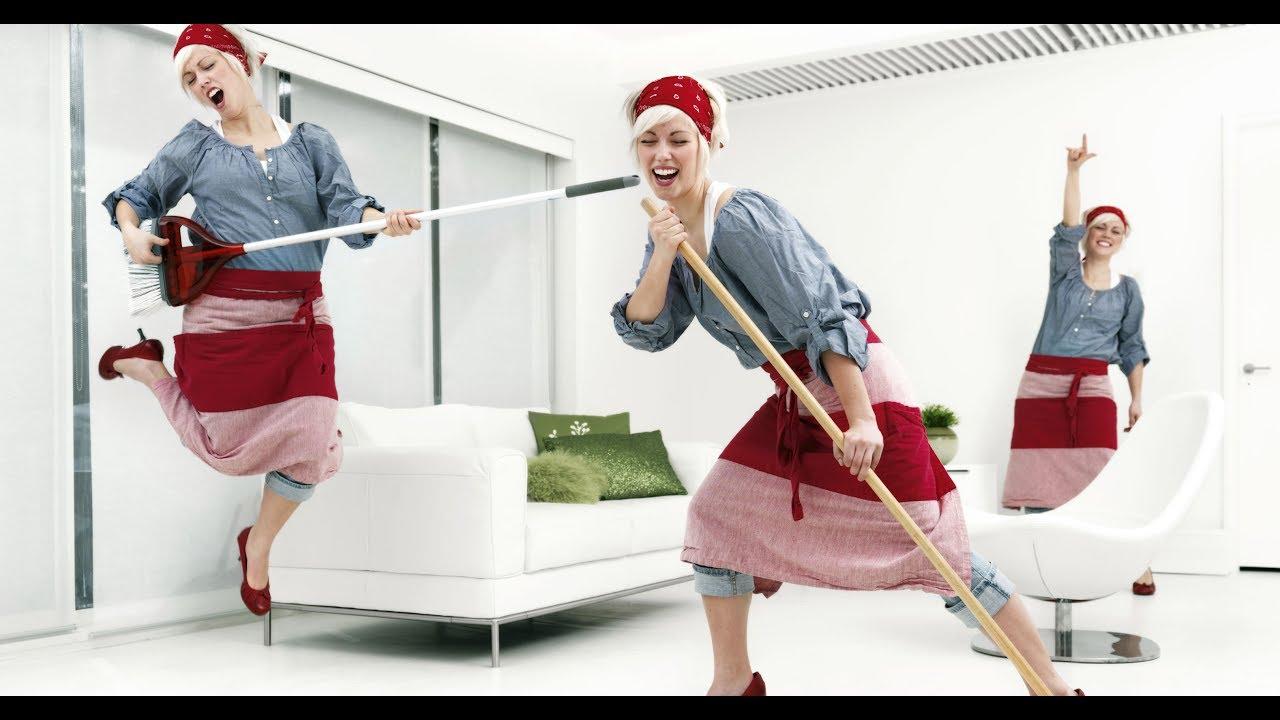 Женщина убирается дома видео