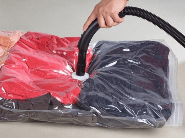 Высасывание воздуха из пакета для хранения вещей