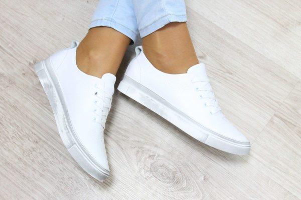 Белые кроссовки из гладкой натуральной кожи