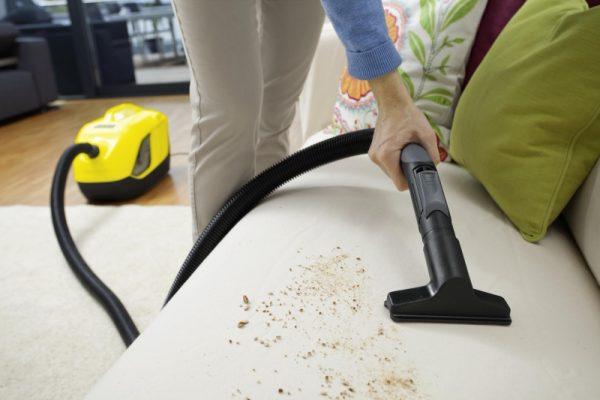 Чистят мягкую мебель пылесосом