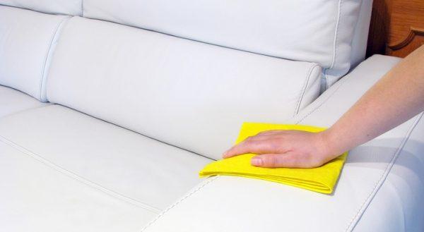 Чистят диван вручную