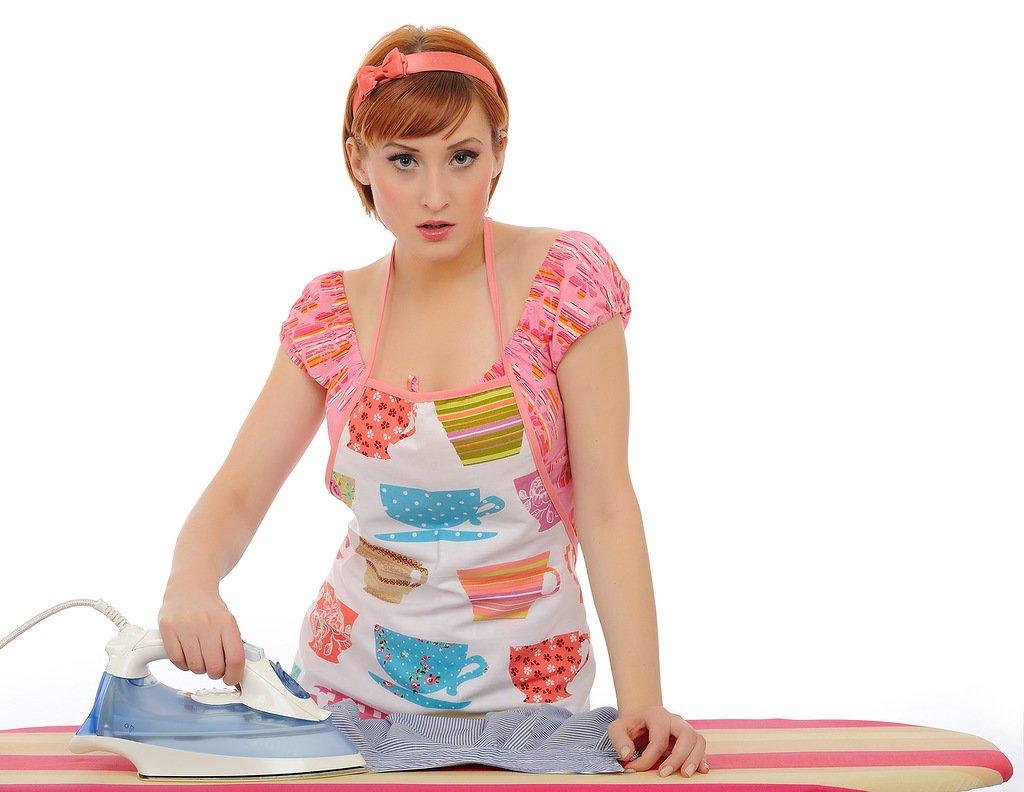 девушка гладит