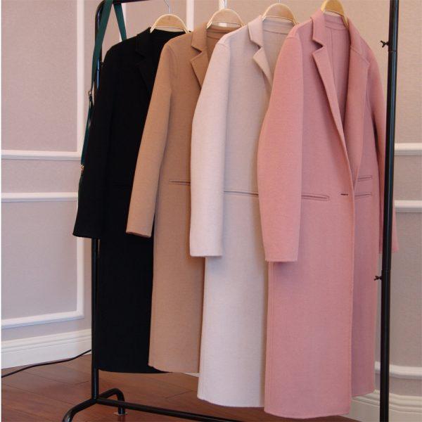 Кашемировые пальто на вешалке