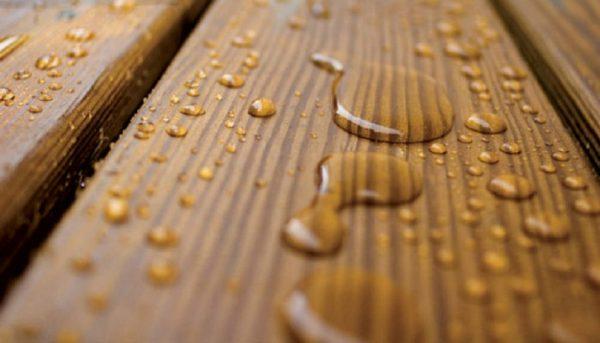 Капли воды на покрытой лаком древесине