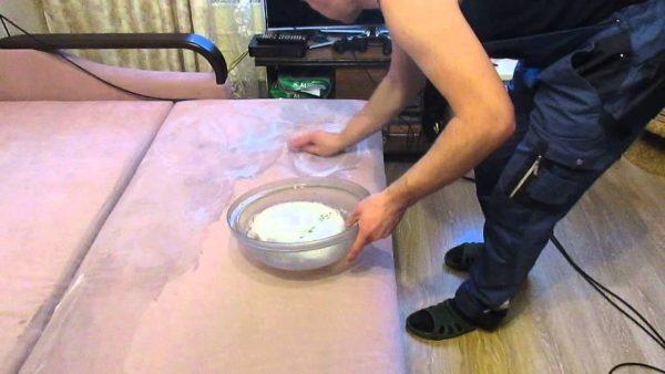 Народными средствами можно очистить обивку дивана