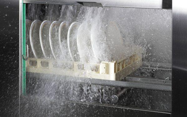 Обработка посуды в посудомоечной машине