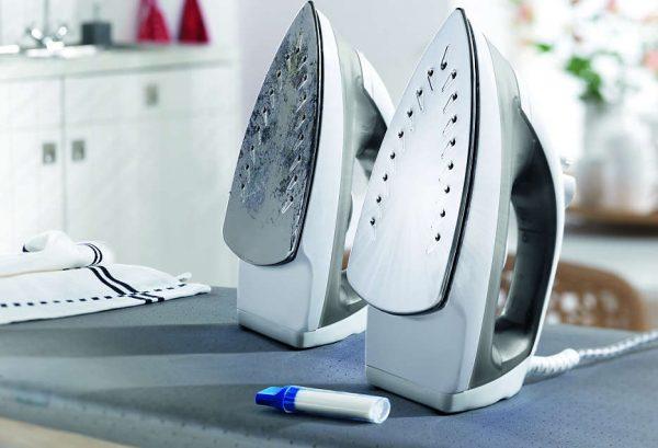 Утюг и карандаш для очистки подошвы
