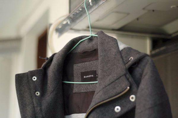 Пальто на вешалке