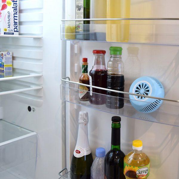 Поглотитель запаха на полке холодильника
