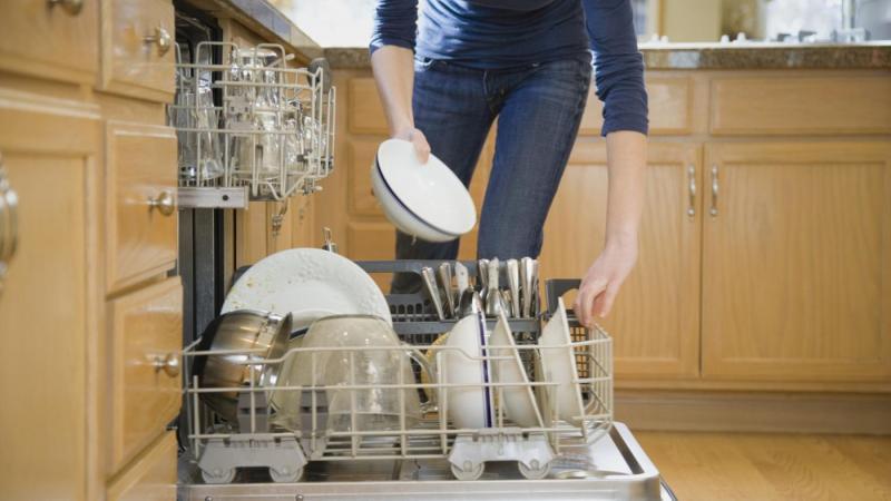 Надоело мыть посуду руками — пришло время выбирать посудомоечную машину