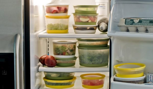 Продукты в контейнерах стоят в холодильнике