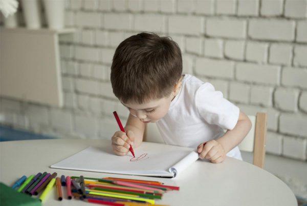 Ребенок рисует фломастером