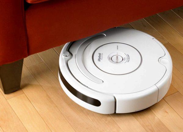 Робот-пылесос под диваном