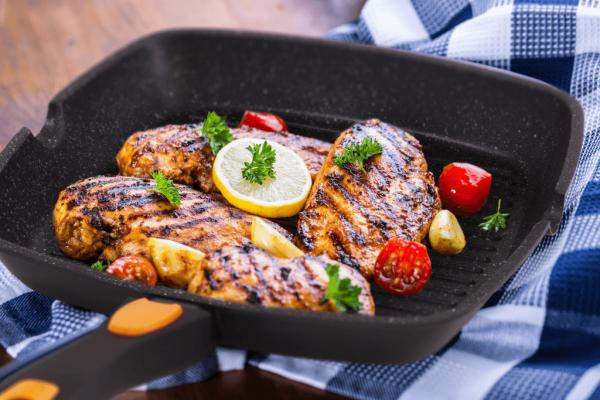 Сковорода гриль с готовым блюдом