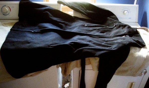 Пальто сушится в разложенном состоянии