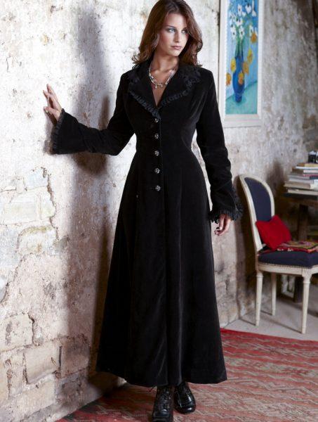 Женщина в вельветовом пальто
