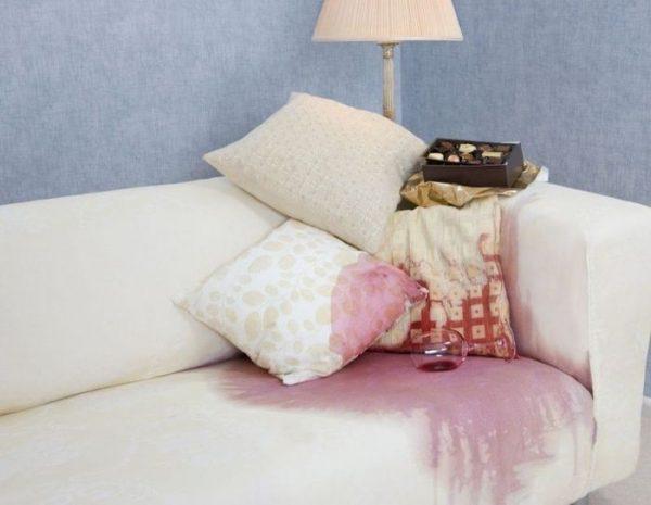 Винное пятно на обивке дивана