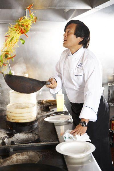 Китайский повар готовит в технике стир-фрай