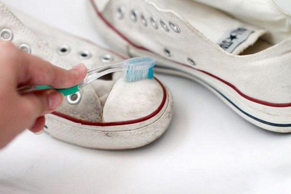 Чистка белой поверхности кед зубной пастой